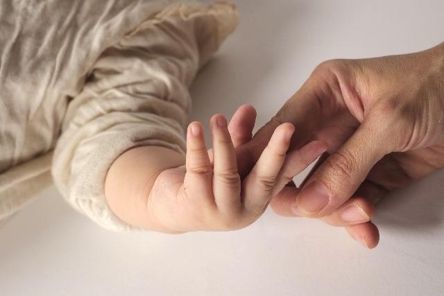 手と手を繋ぐ赤ちゃん「愛」